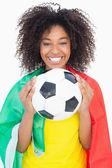 Sarı tshirt futbol tutan güzel bir kız — Stok fotoğraf