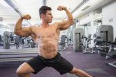 Camisa hombre musculoso músculos en el gimnasio — Foto de Stock