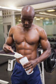 Construtor de corpo pegando pó de proteína — Foto Stock