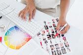 Photo editor pracující na miniatur — Stock fotografie