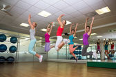 Fitness class jumping up in studio — 图库照片