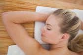 Belle blonde relaxant sur table de massage — Photo