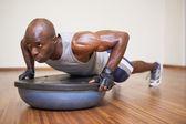 Muskulös man göra push ups i gym — Stockfoto