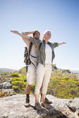 Couple on mountain terrain admiring view — Stok fotoğraf