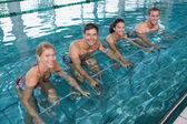 水のエアロビクスをやっているフィットネス クラス — ストック写真