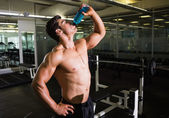 Muscular man drinking energy drink — 图库照片