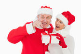 Festive couple smiling and holding gift — Stockfoto