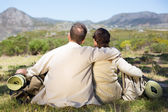 Hiking couple sitting and admiring the scenery — Stock Photo