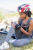 Fit woman holding her injured knee after bike crash — Stockfoto