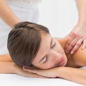 Ricevente spalla donna attraente massaggio al centro benessere — Foto Stock