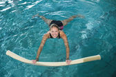 Blonde swimming with foam roller — Stock fotografie