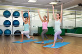 Yoga class in warrior pose in fitness studio — Stock Photo