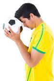 Joueur de football en jaune avec ballon — Photo