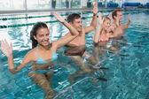 Занятие по фитнесу, делающее аэробику воды — Стоковое фото
