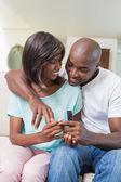 Homem surpreender sua namorada com um anel de noivado — Foto Stock