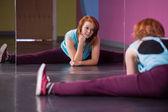 Pretty break dancer doing the splits looking in mirror — Stock Photo
