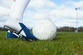 Football player about to kick ball — 图库照片