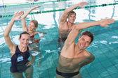 Aqua aerobik yaparken mutlu fitness sınıfı — Stok fotoğraf