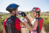 Aktivní pár na kole jezdit na venkově — Stock fotografie