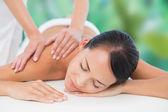 брюнетка, наслаждаясь массаж спины — Стоковое фото