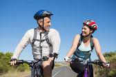 Pareja activa yendo para una bicicleta de paseo en el campo — Foto de Stock