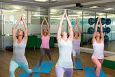 Lächelnd yoga-kurs im fitness-studio — Stockfoto