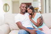 Couple heureux vous détendre sur le canapé — Photo