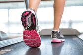 Womans nogi działa na bieżni — Zdjęcie stockowe