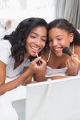 Sorrindo mãe e filha colocar maquiagem — Foto Stock