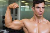 筋肉の男性の筋肉がうごめくのクローズ アップ — ストック写真