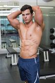 Nackter oberkörper muskulöse mann posiert in turnhalle — Stockfoto