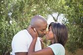 幸福的夫妇在花园中拥抱彼此 — 图库照片