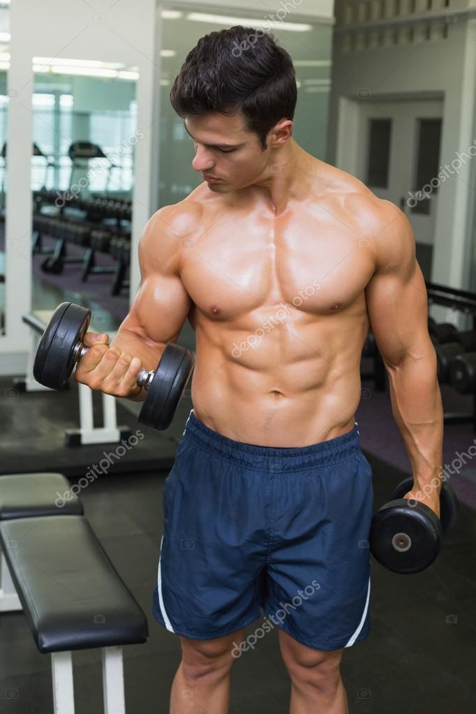 Camisa hombre musculoso haciendo ejercicios con pesas en - Imagenes de gimnasio ...