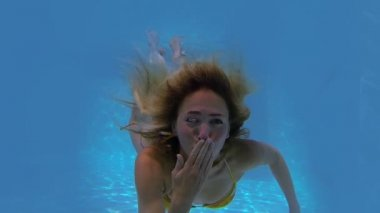 Blonde swimming blowing kiss — Stock Video