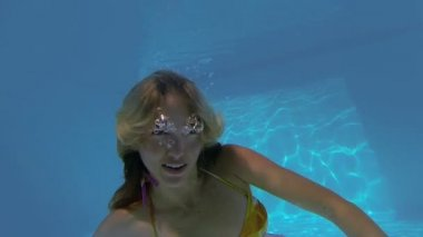 Blonde swimming and making ok gesture — Stock Video