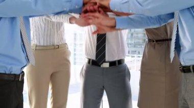 Equipo de negocios poniendo sus manos juntas — Vídeo de stock