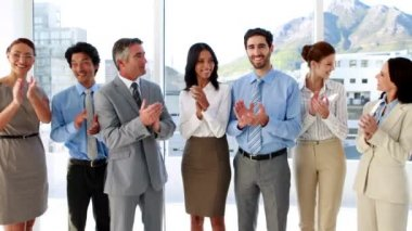 Business team standing in a row clapping — Stockvideo