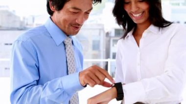 Businesswoman showing her smart watch to colleague — Vídeo Stock