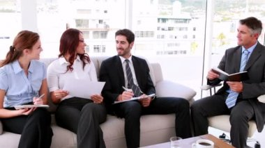 Business team sitting on couch having a meeting — Vídeo de stock