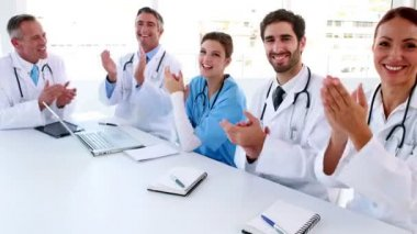 Medical team clapping during a meeting — Stockvideo