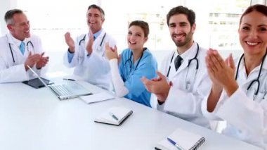 Medical team clapping during a meeting — Stock Video