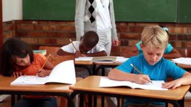 Uczniowie, w pracy, podczas gdy nauczyciel spacery po klasie — Wideo stockowe