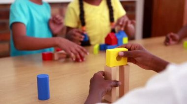 Pupils playing with building blocks — Vídeo de stock