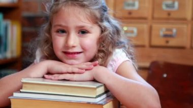 Little girl in the library — Stock Video