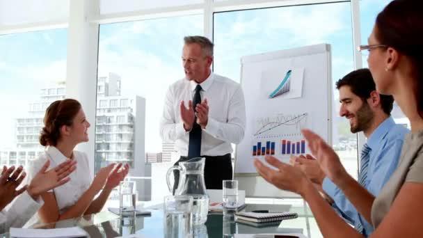 Directeur commercial, applaudissant son personnel à la réunion — Vidéo