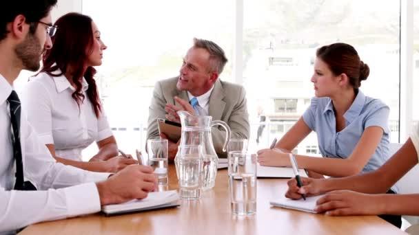 Prendre des notes lors d'une réunion des gens d'affaires — Vidéo
