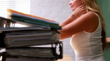 Businesswoman rubbing her neck — Stock Video