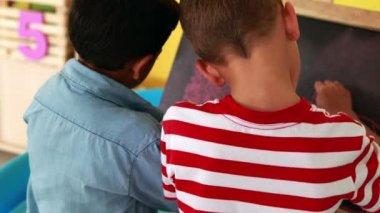 Boys drawing on mini chalkboard — Vidéo
