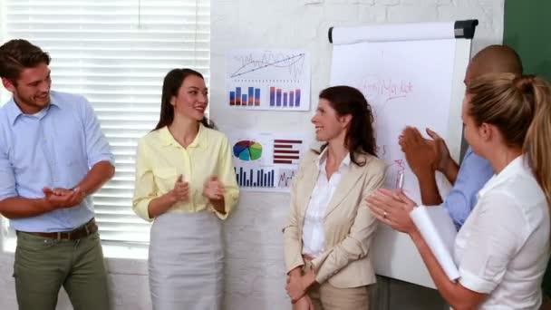 équipe des activités applaudissant leur collègue — Vidéo