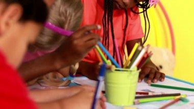 Preschool class drawing in classroom — Stock Video